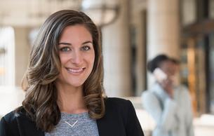 Portrait confident corporate businesswomanの写真素材 [FYI02170568]