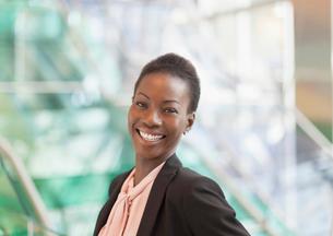 Portrait smiling corporate businesswomanの写真素材 [FYI02170674]