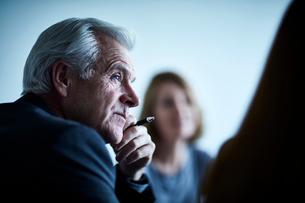 Attentive senior businessman listening in meetingの写真素材 [FYI02170681]