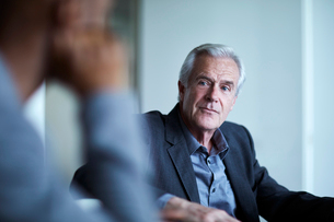 Attentive senior businessman listening in meetingの写真素材 [FYI02170731]