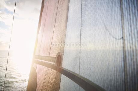 Sun shining against sailboat sailの写真素材 [FYI02170736]