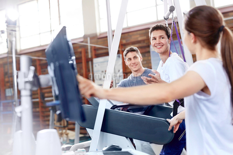 Physical therapists with man on treadmillの写真素材 [FYI02170748]