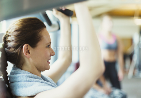 Close up woman using exercise equipment at gymの写真素材 [FYI02170843]
