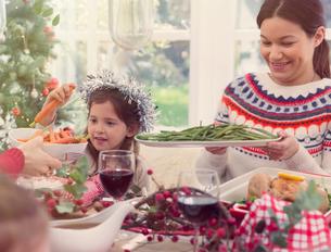 Mother and daughter enjoying Christmas dinnerの写真素材 [FYI02170869]