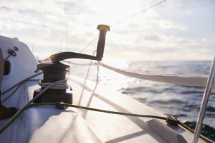 Sailing cable winch and handle on sailboatの写真素材 [FYI02170884]