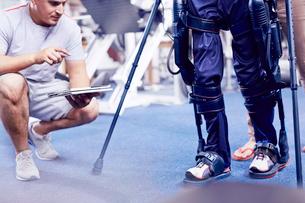 Physical therapist watching man walkの写真素材 [FYI02170923]