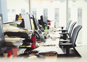 Messy row of desks in officeの写真素材 [FYI02170988]