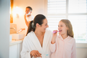 Mother and daughter brushing teeth in bathroomの写真素材 [FYI02171009]
