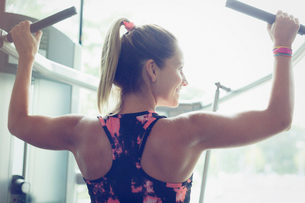 Fit woman doing lat pulldowns on equipment at gymの写真素材 [FYI02171017]