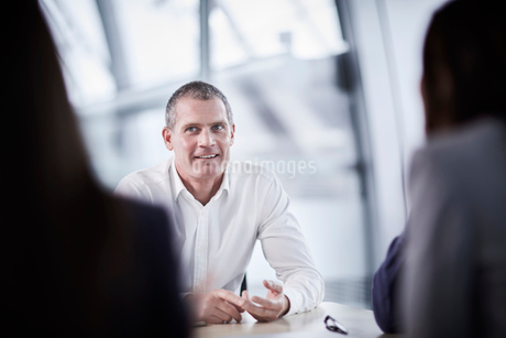 Smiling businessman listening in meetingの写真素材 [FYI02171064]