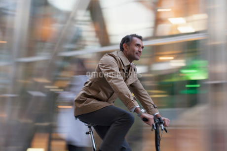 Corporate businessman riding bicycleの写真素材 [FYI02171074]
