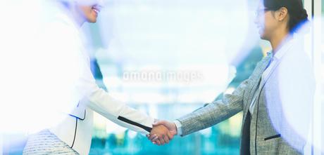 Businesswomen handshaking in officeの写真素材 [FYI02171075]