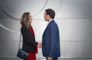 Corporate businessman and businesswoman handshakingの写真素材 [FYI02171084]