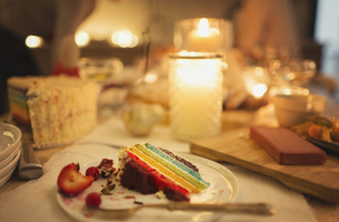 Leftover cake on candlelight tableの写真素材 [FYI02171118]