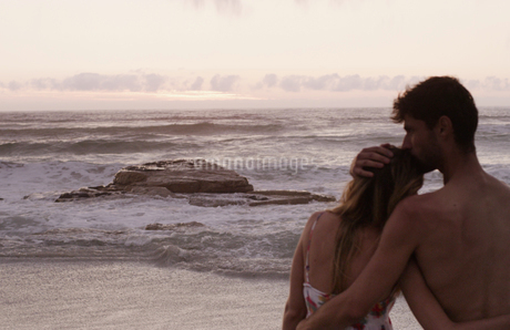 Affectionate young couple on calm beachの写真素材 [FYI02171125]
