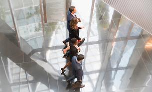 Corporate business people walking in modern lobbyの写真素材 [FYI02171142]