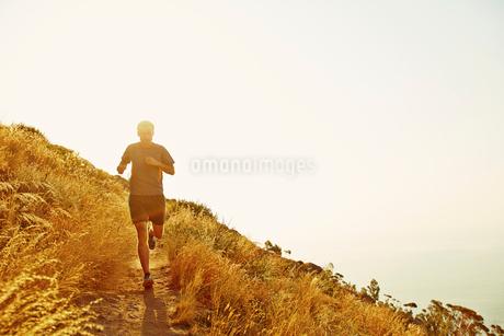 Man running on sunset trailの写真素材 [FYI02171160]