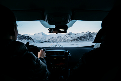 Men driving car through snow covered landscape, Icelandの写真素材 [FYI02171198]