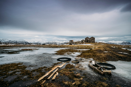 Remote farm in icy landscape, Icelandの写真素材 [FYI02171209]