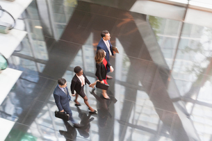 Corporate business people walking in modern office lobbyの写真素材 [FYI02171213]