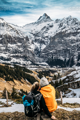 Couple looking at snowy mountain view, Grindelwald, Switzerlandの写真素材 [FYI02171338]