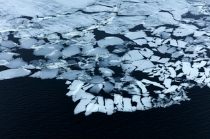 Aerial view ice forming on water, Devon, United Kingdomの写真素材 [FYI02171345]