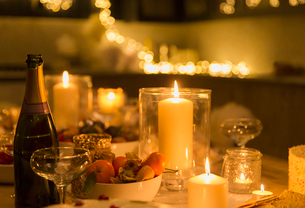 Champagne on candlelight tableの写真素材 [FYI02171463]