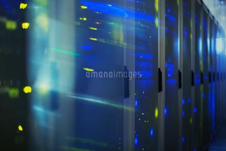 Blurred lights in server roomの写真素材 [FYI02171476]