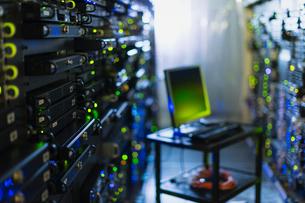 Computer on cart in server room corridorの写真素材 [FYI02171478]