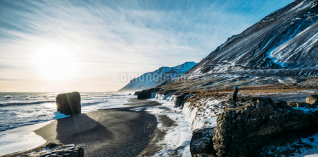 Sun shining over icy beach and mountains, Icelandの写真素材 [FYI02171520]