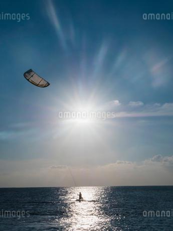 Parasailing on ocean under sunny blue skyの写真素材 [FYI02171562]