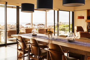 Home showcase dining room with ocean viewの写真素材 [FYI02171633]