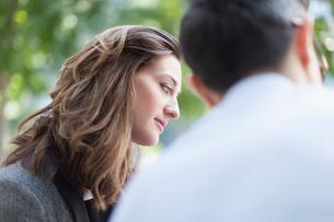 Attentive businesswoman listening to businessmanの写真素材 [FYI02171636]