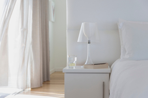 White lamp and bedside table in home showcase bedroomの写真素材 [FYI02171649]