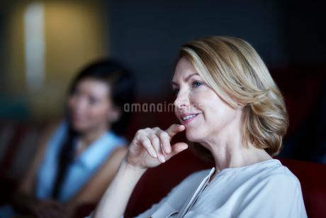 Attentive businesswoman listening in meetingの写真素材 [FYI02171652]