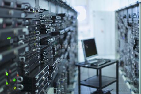Computer on cart in server room corridorの写真素材 [FYI02171668]