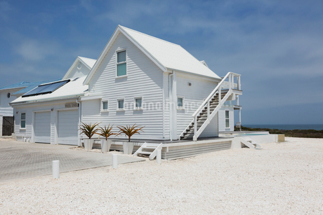 White beach house under sunny blue skyの写真素材 [FYI02171673]