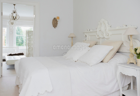 Home showcase interior white bed and bedroomの写真素材 [FYI02171683]