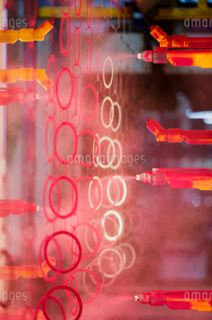 Steel rings being painted red in steel factoryの写真素材 [FYI02171689]