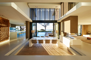 Modern luxury home showcase interior and patio with swimming poolの写真素材 [FYI02171691]