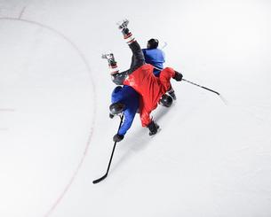Hockey players colliding on iceの写真素材 [FYI02171693]