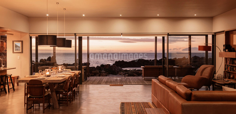 Home showcase interior overlooking ocean at sunsetの写真素材 [FYI02171704]