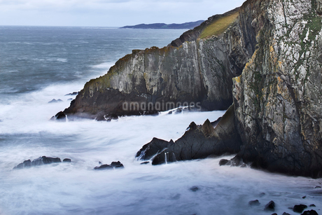 Ocean and craggy cliffs, Devon, United Kingdomの写真素材 [FYI02171711]