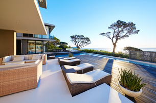 Modern luxury home showcase patio with ocean viewの写真素材 [FYI02171731]