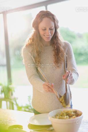 Pregnant woman serving foodの写真素材 [FYI02171856]