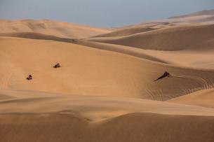 Friends riding quadbikes in desert, Swakopmund, Namibiaの写真素材 [FYI02171861]