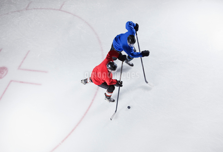 Hockey players going for the puck on iceの写真素材 [FYI02171867]