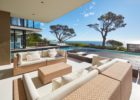 Modern luxury home showcase patio with sunny ocean viewの写真素材 [FYI02171879]
