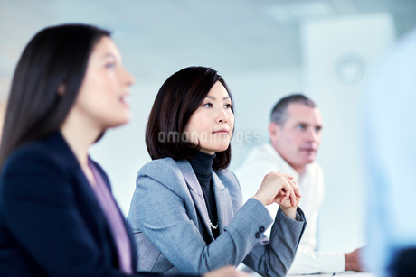 Attentive serious businesswoman listening in meetingの写真素材 [FYI02171898]