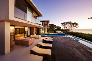 Modern luxury home showcase exterior with swimming pool and ocean viewの写真素材 [FYI02171928]